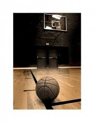 Basketball on court with hoop in the background - reprodukcja