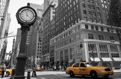 Fototapeta do sypialni - Zegar na Avenue, New York BW - 175x115 cm