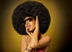 Fototapeta ścienna - Kobieta z mega afro - 320x230 cm