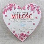 Drewniana tabliczka w kształcie serce z napisem 'Najpiękniejsza miłość...'. Wzór 25. Rozmiar 30 cm
