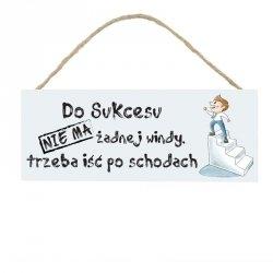 Drewniana tabliczka w kształcie prostokąta z napisem Do sukcesu...