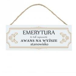 Drewniana tabliczka w kształcie prostokąta z napisem Emerytura...