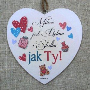 Drewniana tabliczka w kształcie serca z napisem 'Miłość jest Piękna i Słodka Jak Ty'.Wzór 72. Rozmiar 7 cm